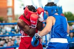 Een bokswedstrijd tussen de winnaar van het Wereldbeker 2014 jaar in het in dozen doen Yordan Hernandes, Cuba, en Daniel Khlebnik Royalty-vrije Stock Foto