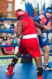 Een bokswedstrijd tussen de winnaar van het Wereldbeker 2014 jaar in het in dozen doen Yordan Hernandes, Cuba, en Daniel Khlebnik Royalty-vrije Stock Afbeelding