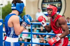 Een bokswedstrijd tussen de winnaar van het Wereldbeker 2014 jaar in het in dozen doen Yordan Hernandes, Cuba, en Daniel Khlebnik Stock Foto