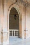 Een boog en een lantaarn bij de gang van een Paleis van Carl V in Alhambra Stock Foto's