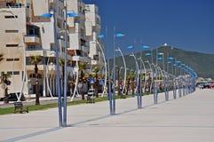 Een boog van elegante straatlantaarns op de Martil-promenade marokko afrika Stock Fotografie