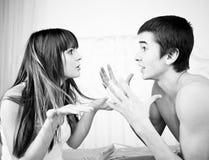 een boos paar dat elkaar schreeuwt stock afbeelding