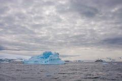Een boot in antarctisch landschap Stock Afbeeldingen