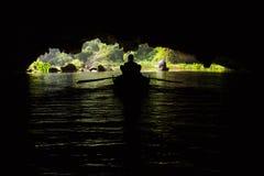 Een boot binnen een overstroomd hol in Trang een Unesco-Werelderfenis s Royalty-vrije Stock Foto's