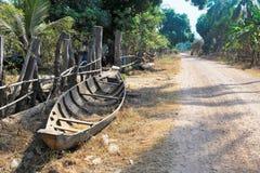 Een boot dichtbij grintweg Stock Fotografie