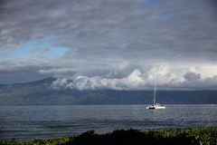 Een boot dichtbij Maui stock afbeelding