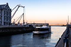 Een boot die in haven komen stock afbeelding
