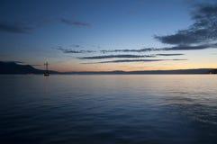 Een Boot die in Meer Genève bij Zonsondergang varen Stock Afbeeldingen