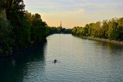 Een boot die op de rivier Po varen Stock Afbeeldingen