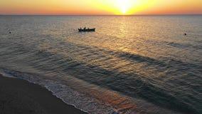 Een boot die op het overzees, vroeg in de ochtend, mooie zonsopgang als achtergrond varen Luchtmeningszeegezicht Plaatselijke bev stock videobeelden