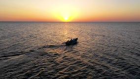 Een boot die op het overzees, vroeg in de ochtend, mooie zonsopgang als achtergrond varen Luchtmeningszeegezicht Plaatselijke bev stock footage