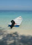 Een boot die in tropisch water wordt vastgelegd stock foto