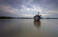 Een boot door het strand Stock Afbeelding