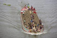 Een boot dragende die grond, voor omhoog het invullen van laag land, door de Ichamoti-Rivier, dichtbij de Brug munshigonj-Ichamot Royalty-vrije Stock Afbeeldingen