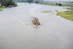 Een boot dragende die grond, voor omhoog het invullen van laag land, door de Ichamoti-Rivier, dichtbij de Brug munshigonj-Ichamot Stock Afbeeldingen