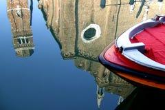 Een boot en een bezinning stock fotografie
