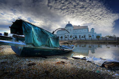 Een boot en een moskee Stock Foto