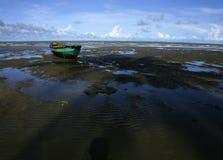 Een boot en het strand Stock Fotografie