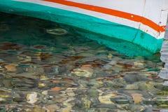 Een boot in het duidelijke water royalty-vrije stock afbeeldingen