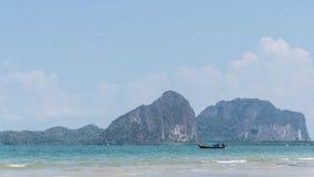 Een boot in het mooie overzees en blauwe hemel bij Pakmeng-strand Royalty-vrije Stock Afbeeldingen