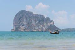 Een boot in het mooie overzees en blauwe hemel bij Pakmeng-strand Stock Foto's