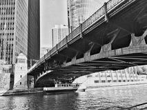 Een boot kruist een brug Stock Afbeeldingen