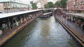 Een boot met passagiers in het kanaal van Khlong Saen Saeb Bangkok, Thailand stock video