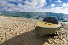 Een boot op de kust Stock Fotografie