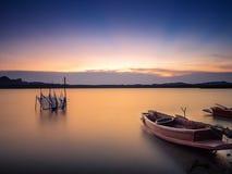 Een boot op de kust wordt geplaatst die Stock Afbeelding