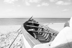 Een boot op de langste stranden van de Atlantische Oceaan in de provincie van Huelva in zuidelijk Spanje royalty-vrije stock foto's