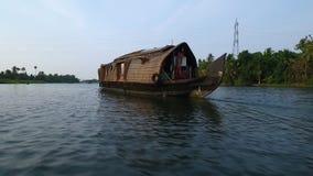 een boot op de rivier stock videobeelden
