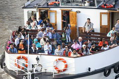 Een boot op de Rivier Theems in Londen Veel mensen kunnen worden gezien Stock Foto