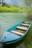 Een boot op de rivier wordt verankerd die Royalty-vrije Stock Foto