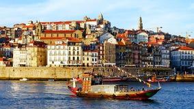 Een boot op Douro met de historische oude stad van Porto op de achtergrond royalty-vrije stock afbeeldingen