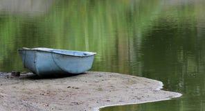 Een boot op het meer royalty-vrije stock afbeelding