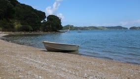 Een boot op het strand stock videobeelden