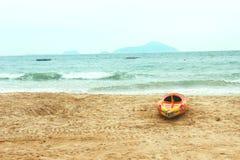 Een boot op het strand Stock Fotografie