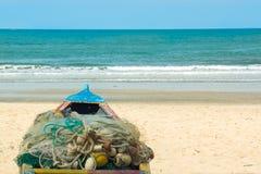 Een boot op het strand in Gambia, West-Afrika Royalty-vrije Stock Afbeeldingen