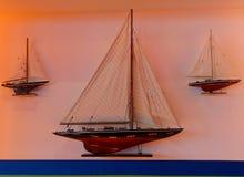 Een boot op een muur stock afbeelding