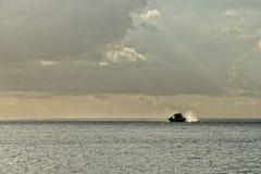 Een boot op turkooise tropische paradijsoverzees Royalty-vrije Stock Afbeeldingen