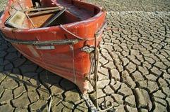 Een boot op uitgedroogde glebe Stock Afbeeldingen