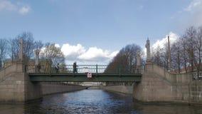 Een boot vaart naast een brug in de stad, St. Petersburg, Rusland stock footage