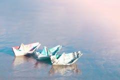 Een boot van papiergeld wordt gemaakt dat stock fotografie