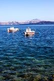 Een boot verbond in de duidelijke wateren Royalty-vrije Stock Foto