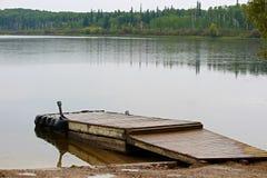 Een bootdok bij een stil de zomermeer stock afbeelding