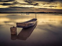 Een bootgetijde dichtbij de kust Royalty-vrije Stock Foto's