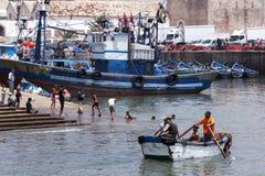 Een bootrijen door de visserijhaven in Essaouira in Marokko Royalty-vrije Stock Afbeelding