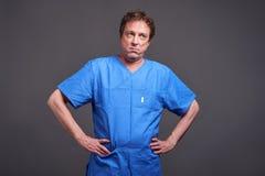 Een bored mannelijke arts Stock Afbeeldingen