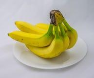 Een Bos van Bananen op een Plaat Stock Afbeelding