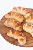 Een bos van eigengemaakte broodjes op een keuken houten raad Stock Afbeelding